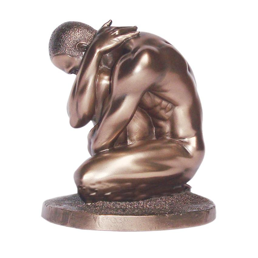 Body Talk Mann Knieend Akt Skulptur In Bronzeoptik